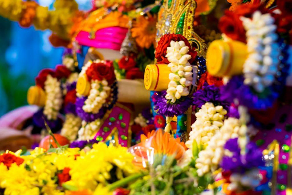 Decoración con flores para celebración de Rath Yatra en India