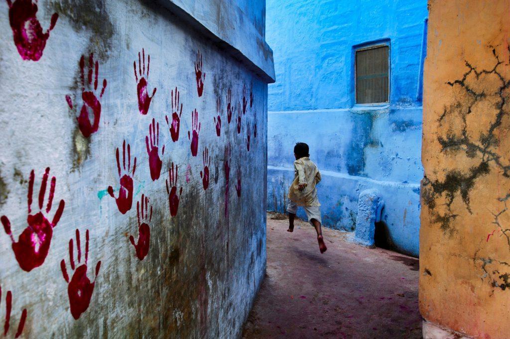 Niño en las calles azules de la ciudad de Jodhpur