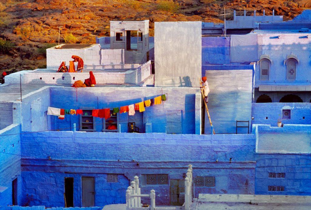 Terrazas y ropa tendida en la azul ciudad de Jodhpur
