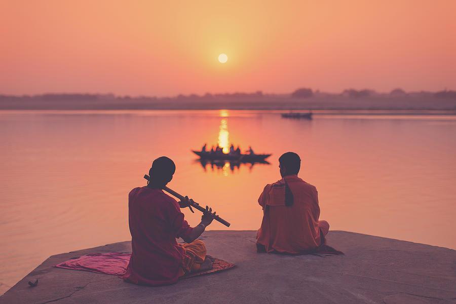 Monjes en las orillas del río Ganges en Varanasi