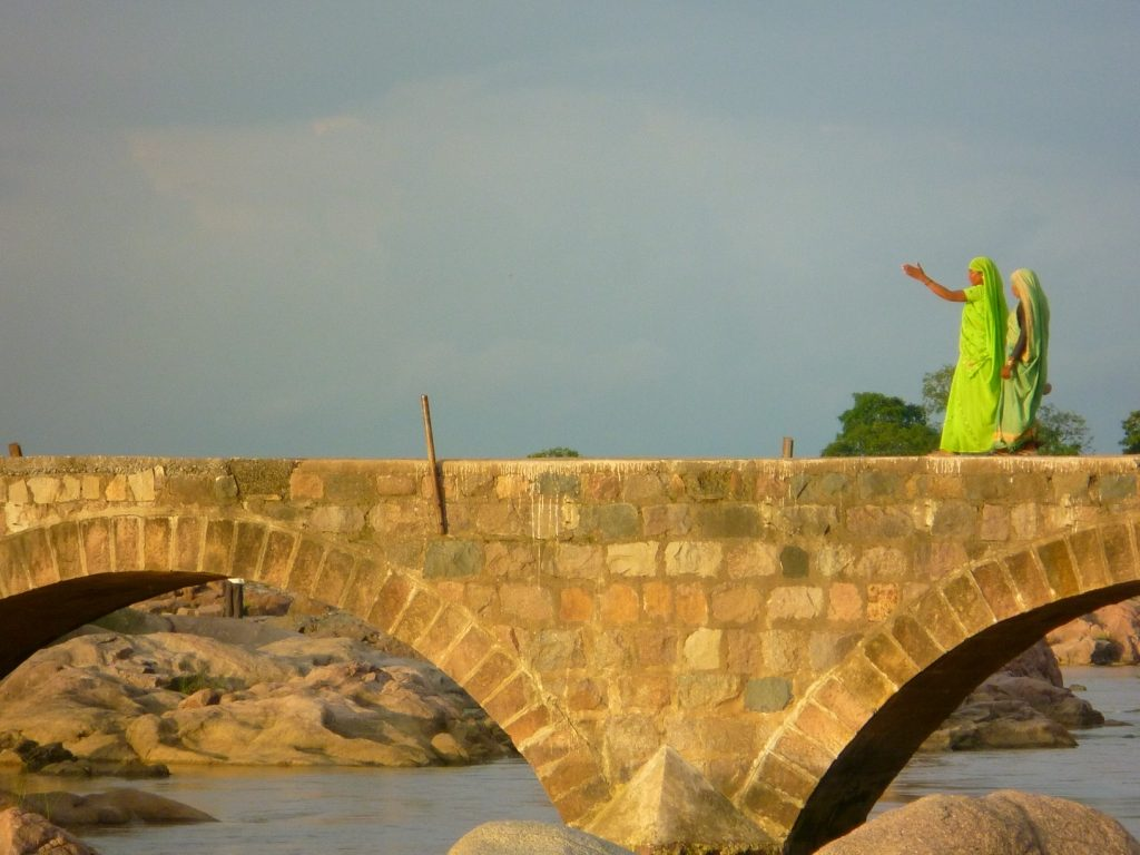 Puente de piedra sobre el río de Orccha
