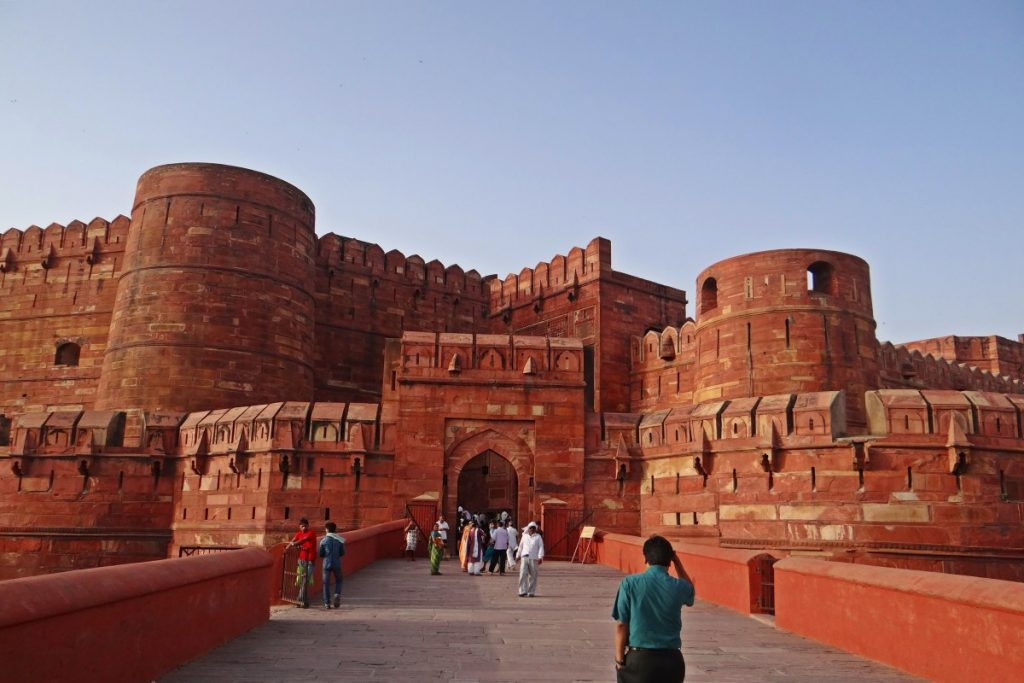 Tourists in Amar Singh, the entrance of Agra Fort