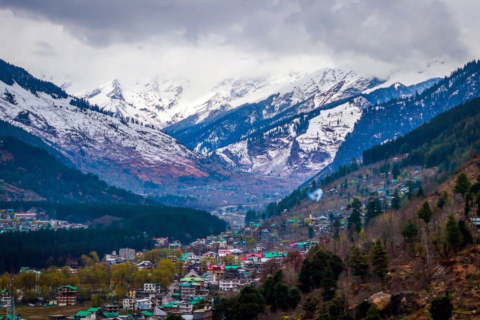 The town of Manali next to snowy mountains