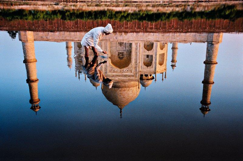 Hombre indio en el río Yamuna junto al Taj Mahal