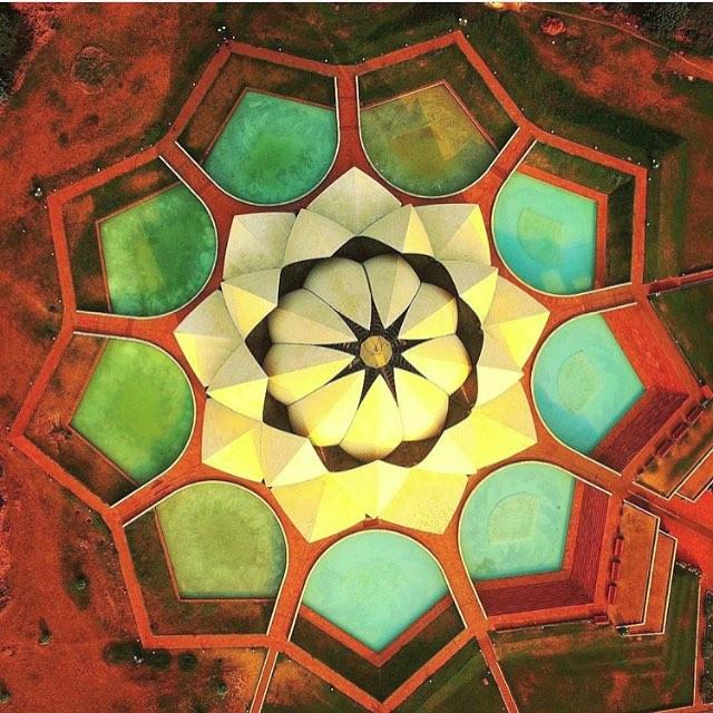 Lotus Temple fotografiado desde el aire con dron en Delhi