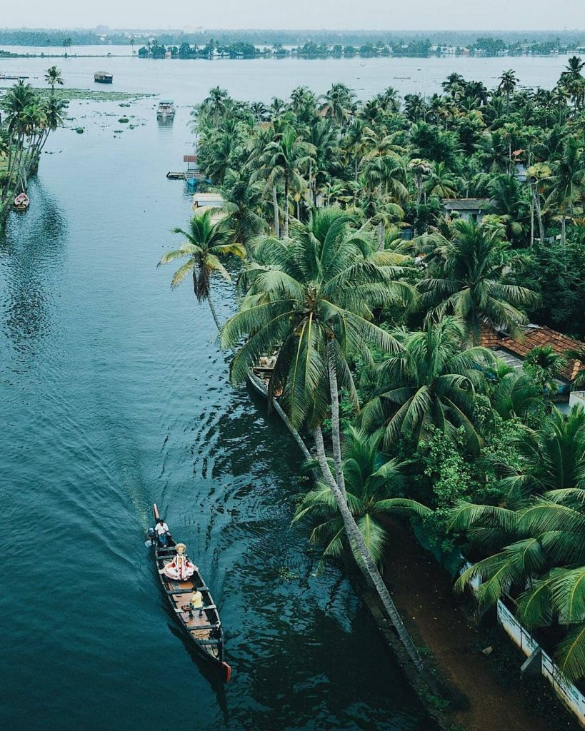 Barca a través de los backwaters de Kerala