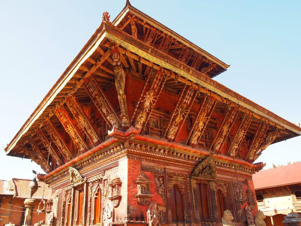 Templo rojizo con ornamentación en Changu Narayan en Nepal