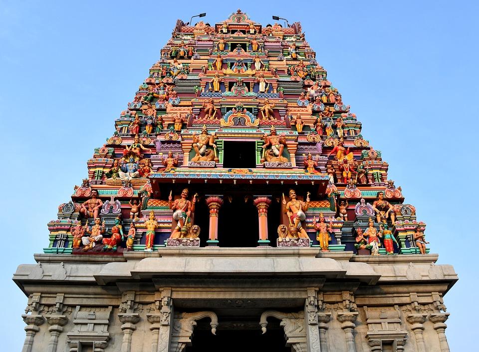 Figuras de colores en un gopuram de Meenakshi Temple