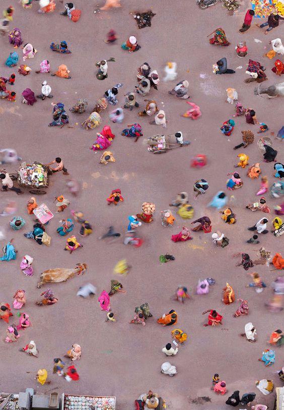 Personas con saris y ropas de colores bañándose en el río Ganges