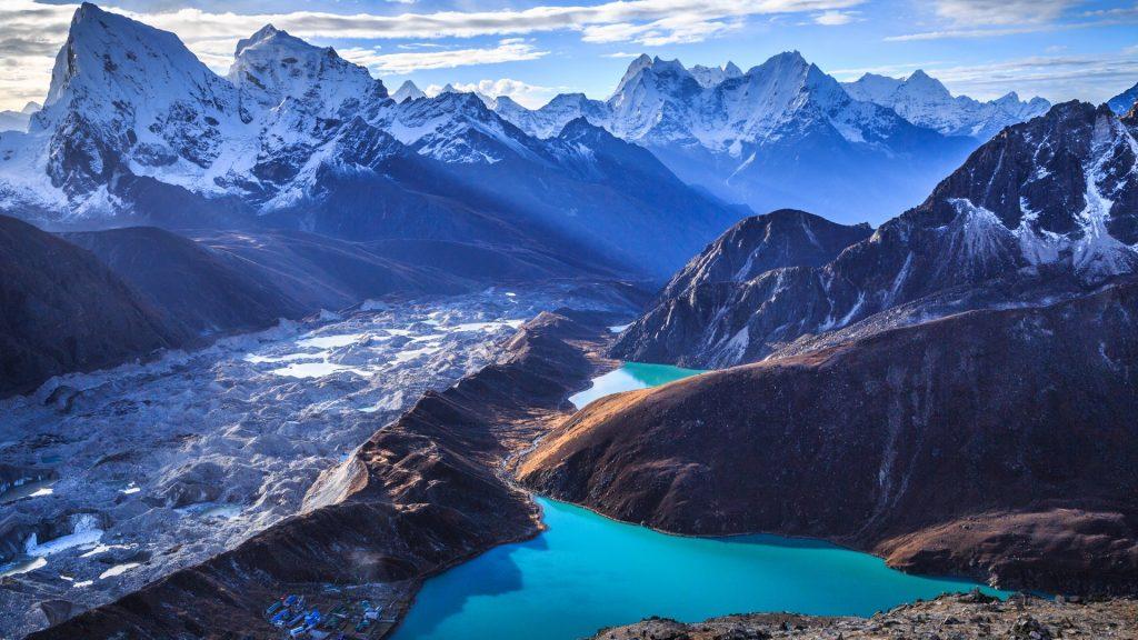 Lagos y montañas nevadas en el Valle de Sagarmatha de Nepal