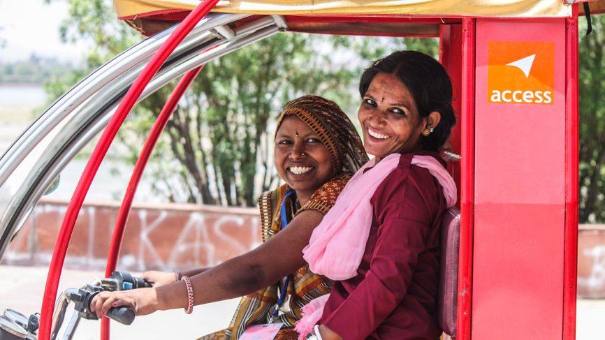 Dos mujeres de Pink City Rickshaw en uno de los tuk tuk rosas de Jaipur