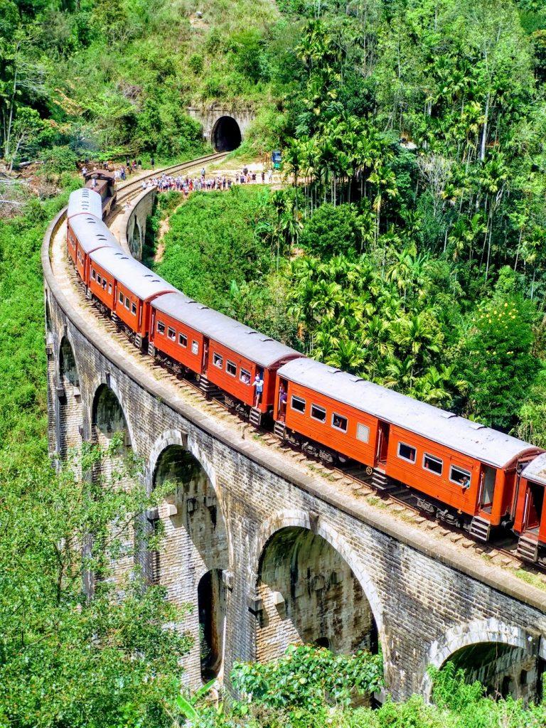 Tren en el Puente de los Nueve Arcos de Sri Lanka