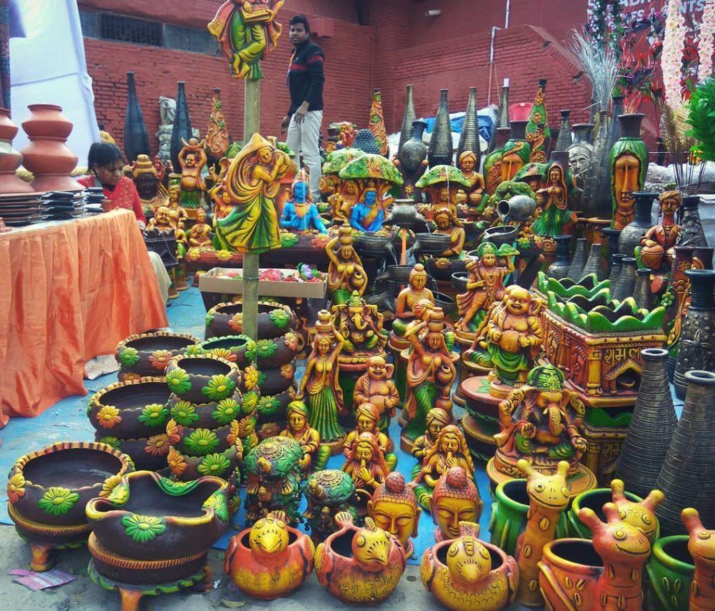Color y piezas de arte en el mercado de Taj Mahotsav