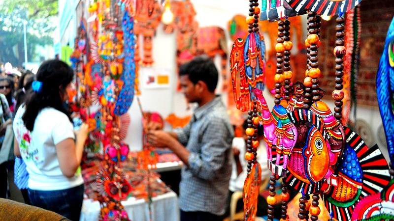 Bisutería y decoración en Shilpgram durante el Taj Mahotsav