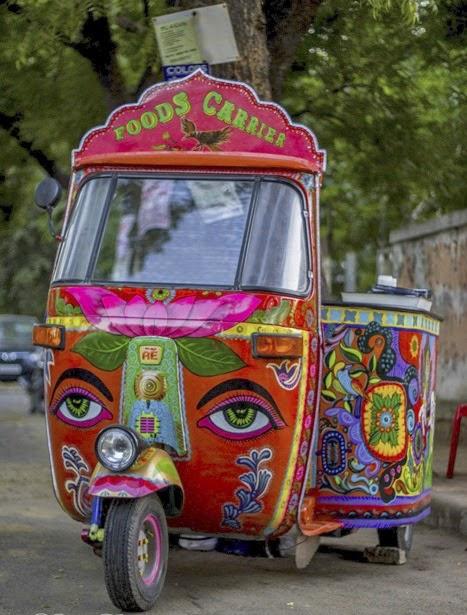 Rickshaw en India con dibujo de Ganesha y lotos