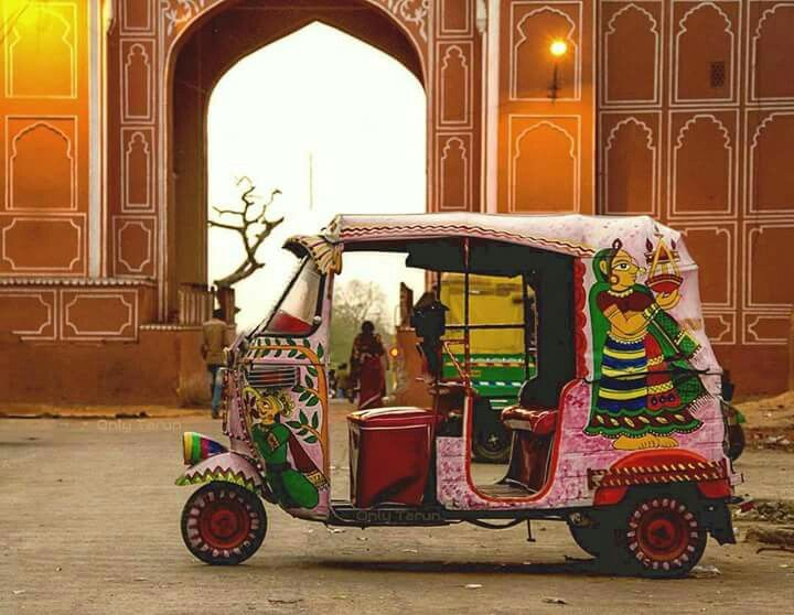 Rickshaw con dibujos de mujeres indias en Jaipur