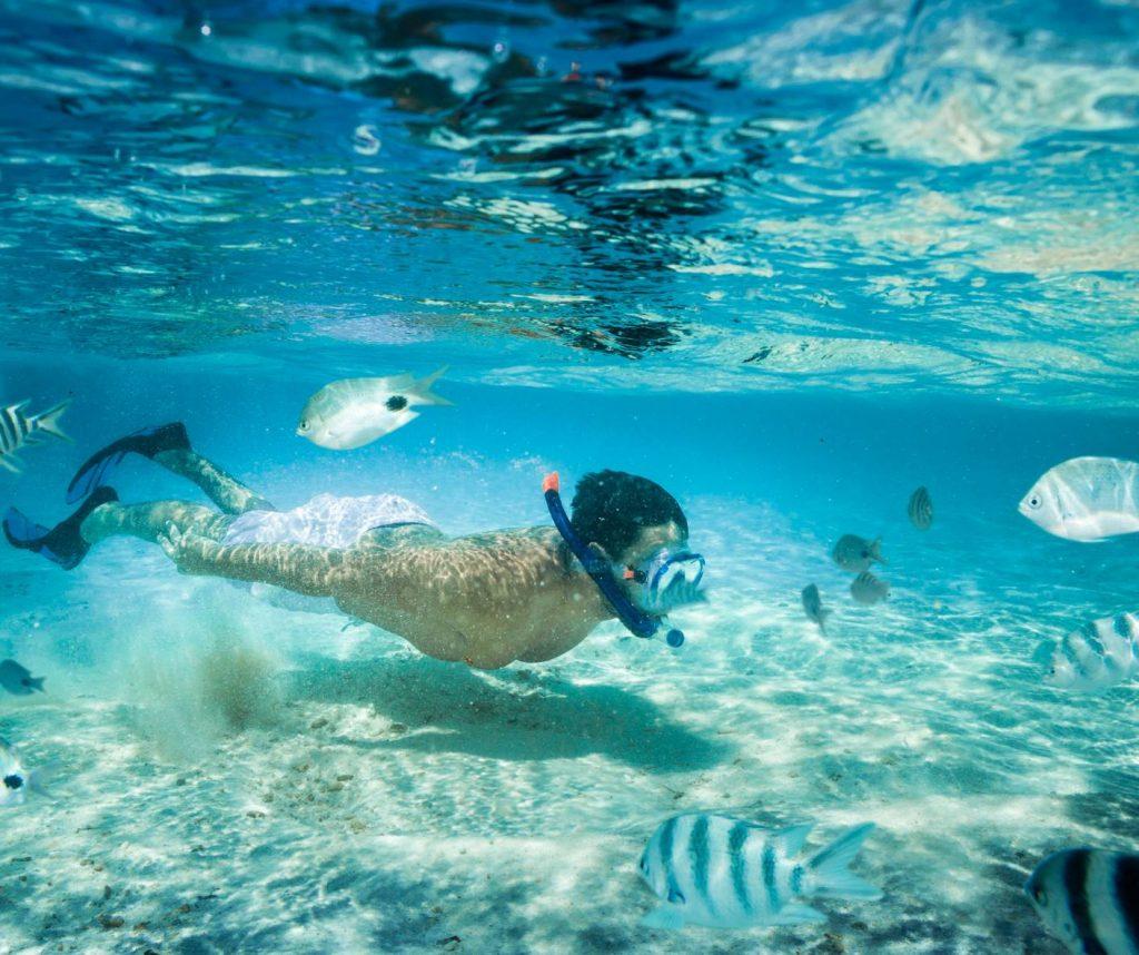 Niño buceando en Maldivas