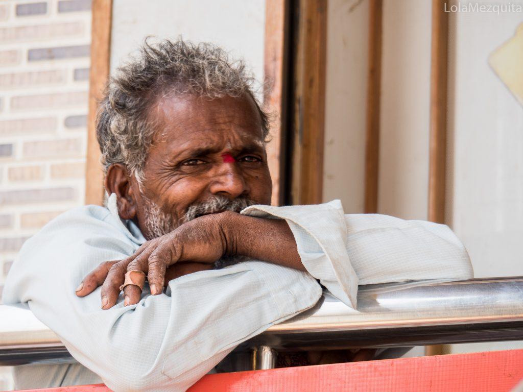 Indio apoyado en barandilla