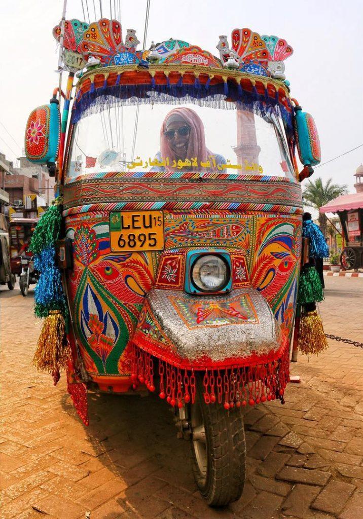 Conductora de rickshaw de colores en Pushkar