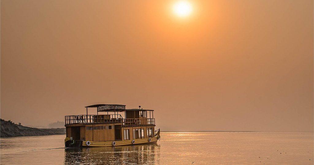 Barco fluvial por el río Ganges