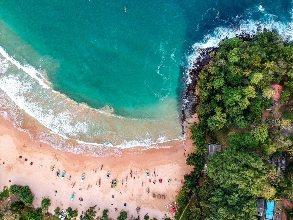 Playa de Mirissa en Sri Lanka vista desde el aire