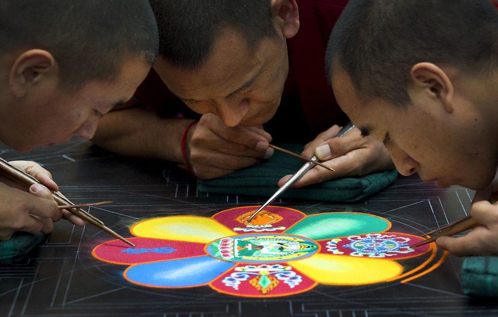 Monjes budistas pintando mandalas