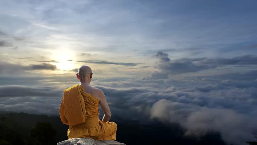 Monje budista meditando en Tíbet