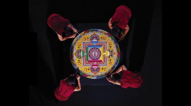 Monjes budistas y un mandala