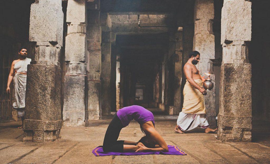 Yoga en un templo en India