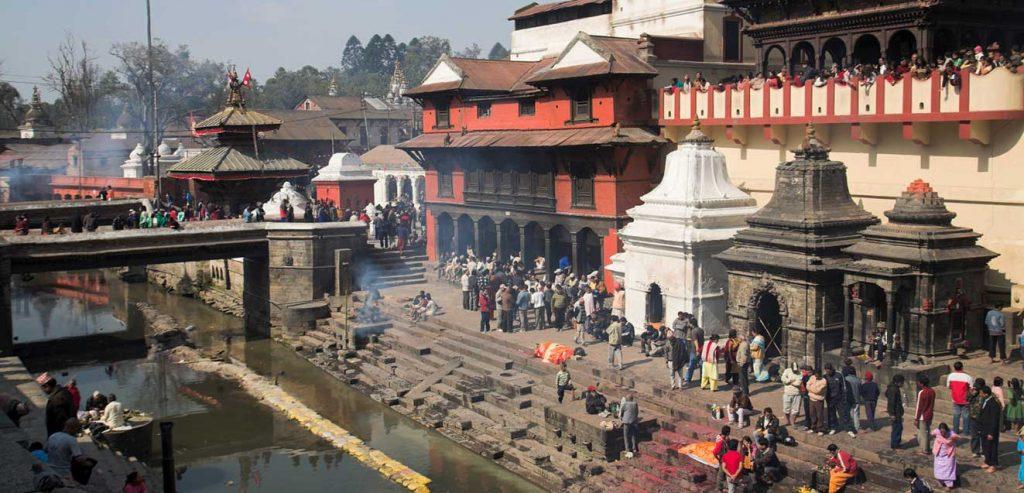 Acudir a la oración del río Bagmati