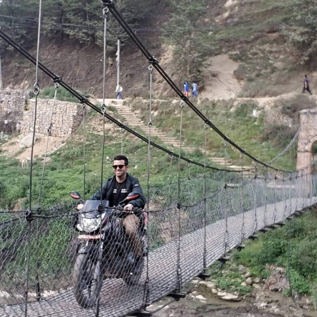 Moto sobre puente colgante Nepal